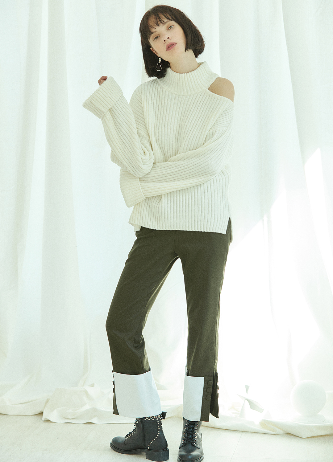 shoulder slit turtleneck sweater Ivory 10%